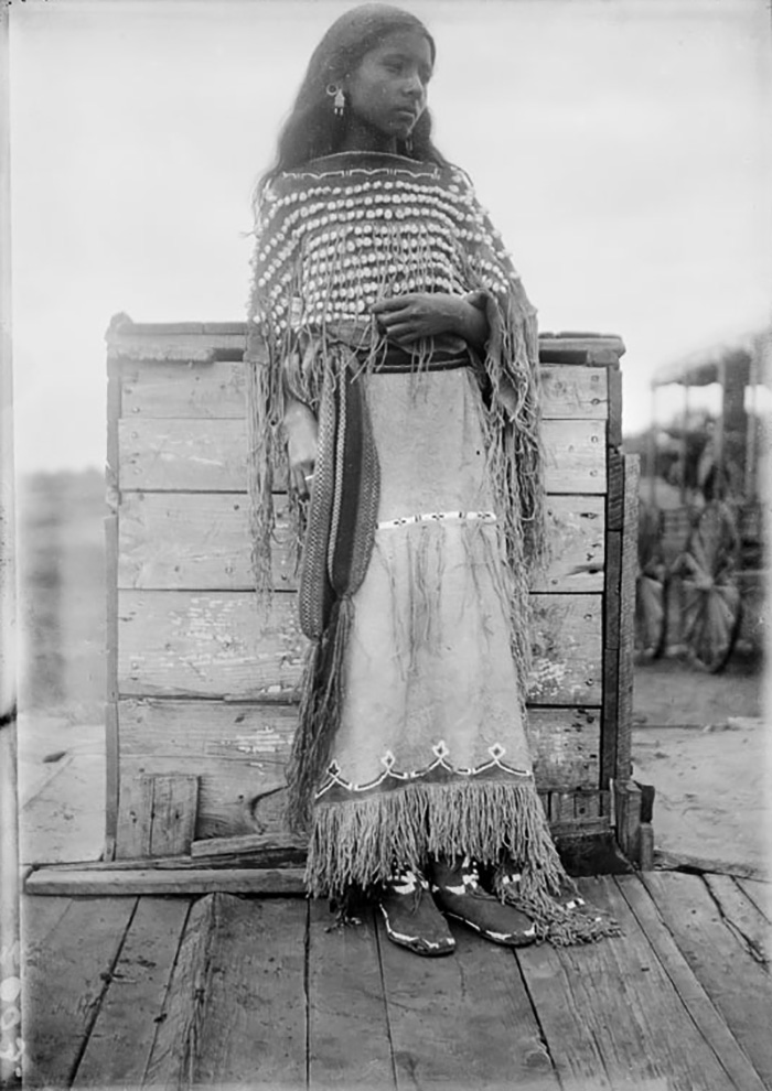 vintage-native-american-girls-portrait-photography-19-575a772d5c917__700