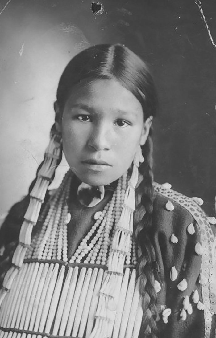vintage-native-american-girls-portrait-photography-36-575a88a99f15d__700